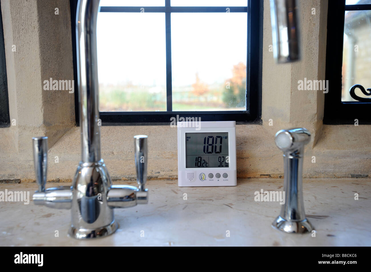 AN ENERGY CONSUMPTION MONITOR DISPLAYING THE TOTAL CURRENT POWER USAGE IN A HOUSE UK Stock Photo