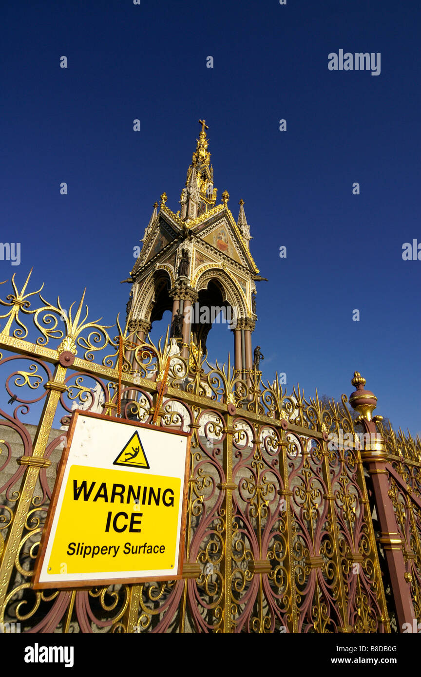 sign 'warning ice slippery surfaces' on the front of the Prince Albert memorial monument, Hyde Park - Stock Image