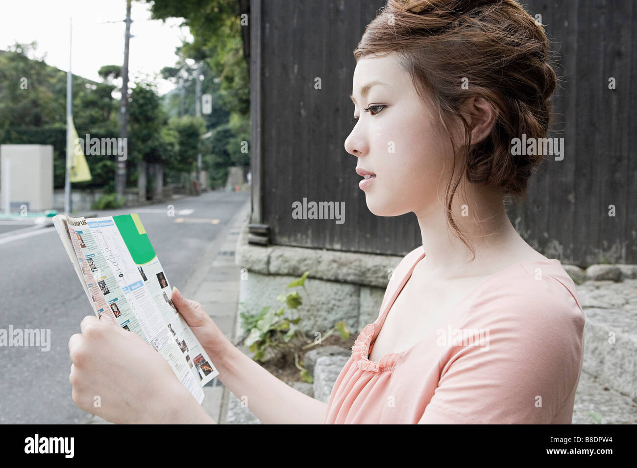 Young woman looking at map - Stock Image
