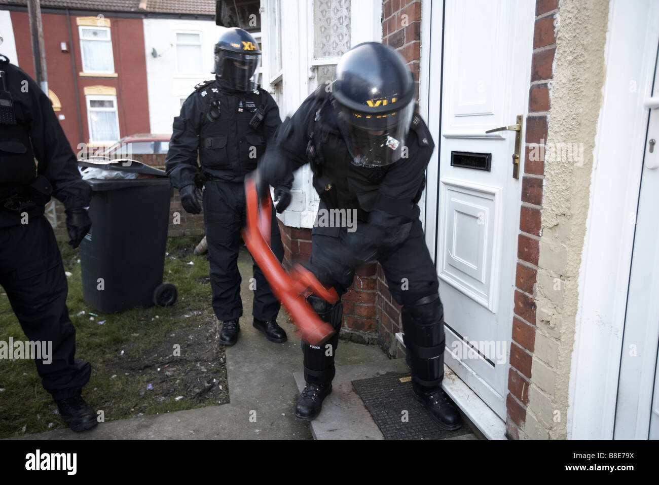 Officers from the Bransholme Neighbourhood Policing Team use a battering ram to enter a property to search for drugs, - Stock Image