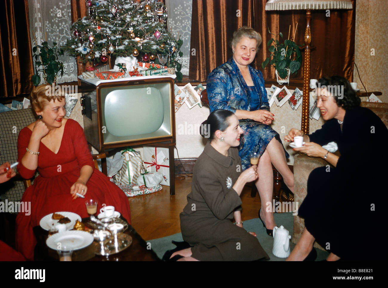 women enjoying a gossip and coffee at christmas uk c 1955 stock - 1950s Christmas