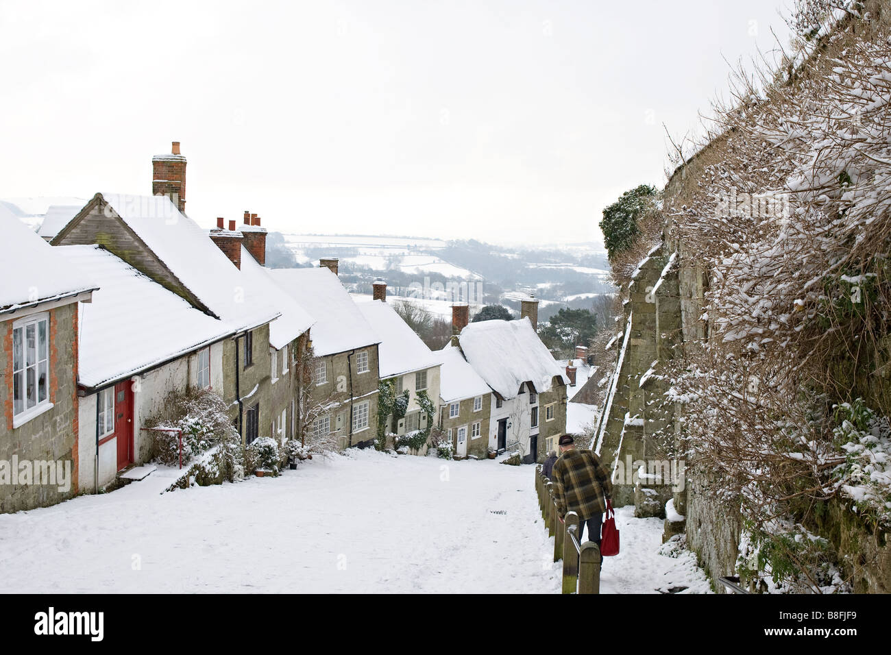 Gold Hill Shaftesbury in the snow - Stock Image