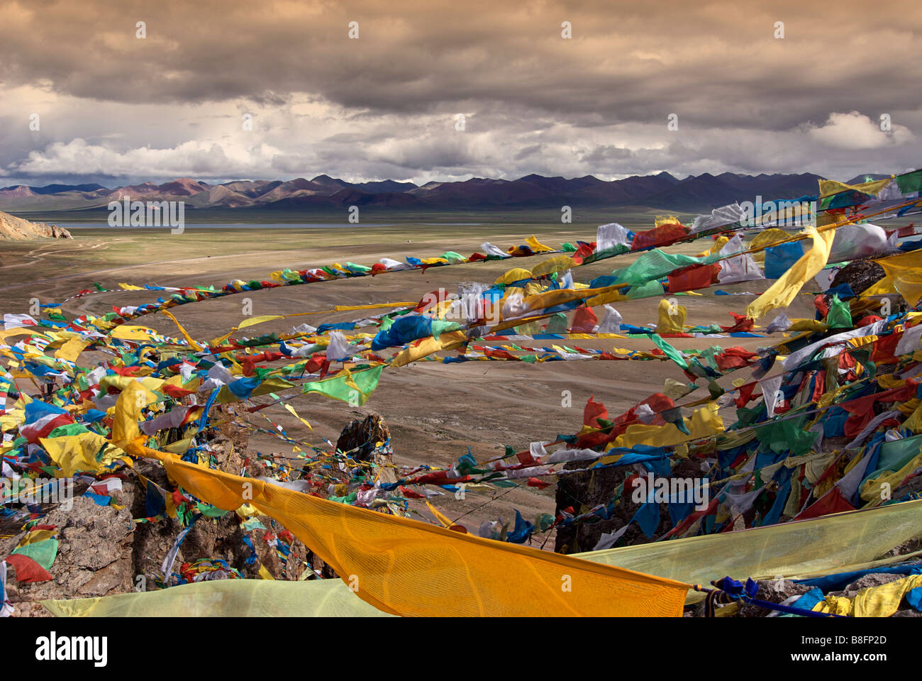 Nam Tso Lake and environs viewed from a hilltop. Prayerflags billowing in the wind - Stock Image