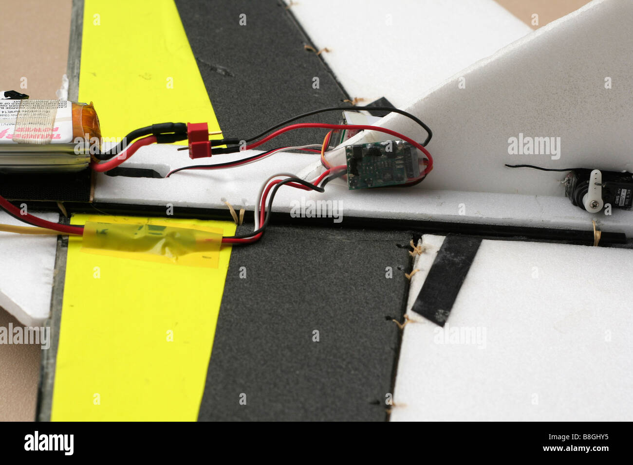 Battery Control Circuit And Servo On Powered Radio Controlling Controlled Model Aeroplane