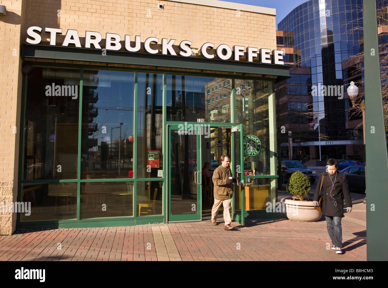 bb33e16f4a ARLINGTON VIRGINIA USA Starbucks coffee shop and people on sidewalk ...