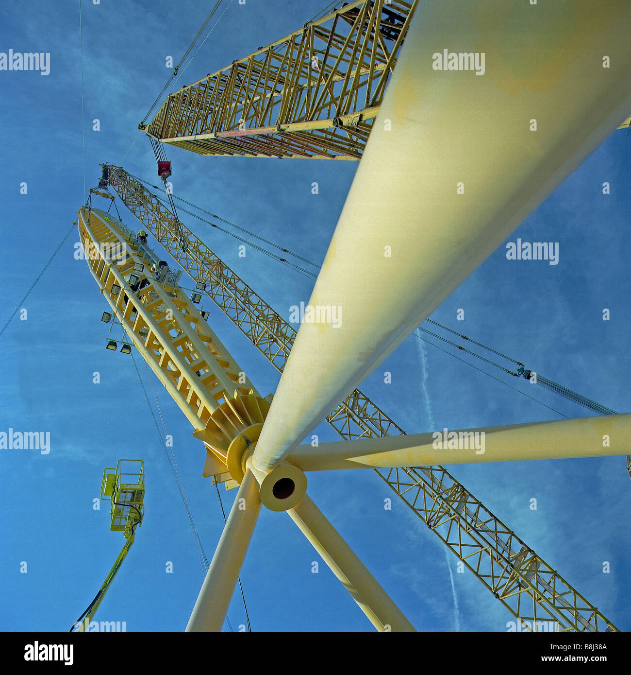 Contractors positioning the huge 100 metre support masts during the building of the Millennium Dome/O2 Arena in Stock Photo