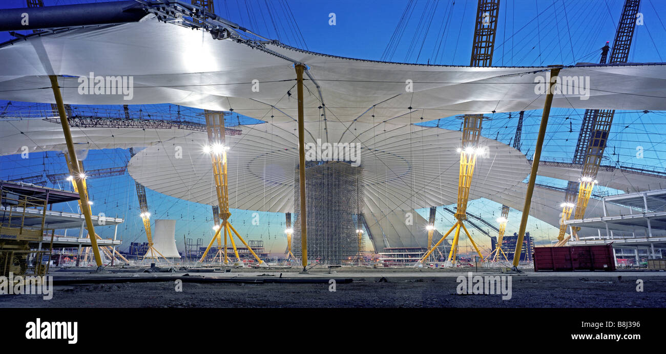 Attaching the PFTE-coated fabric roof to the cable net structure during building of the Millennium Dome/O2 Arena Stock Photo