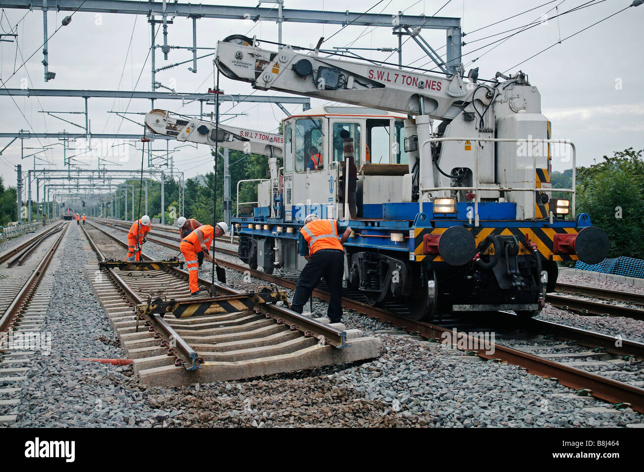Self Propelled Cart >> Self-propelled twin-jib railway crane prepares to lift redundant Stock Photo: 22526060 - Alamy