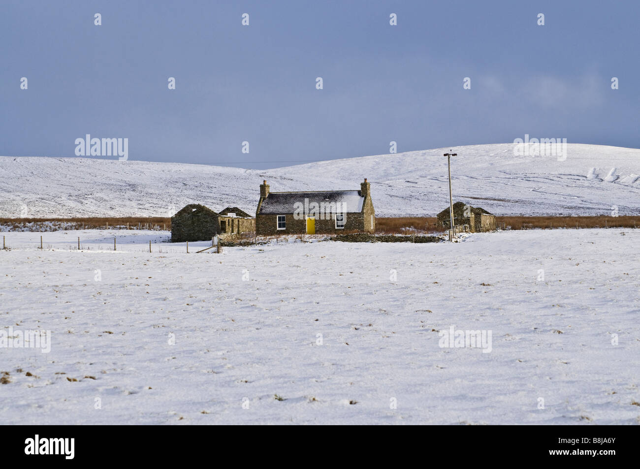 dh Millgeo HARRAY ORKNEY Traditional croft cottage in the snow wintertime snowscape house field Stock Photo