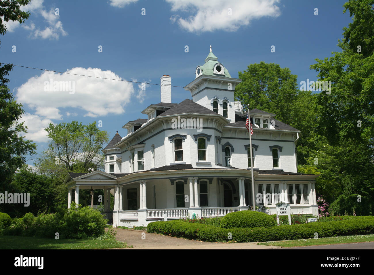 Jeremiah E Reeves Victorian Home Dover Ohio Note wire across sky and house - Stock Image