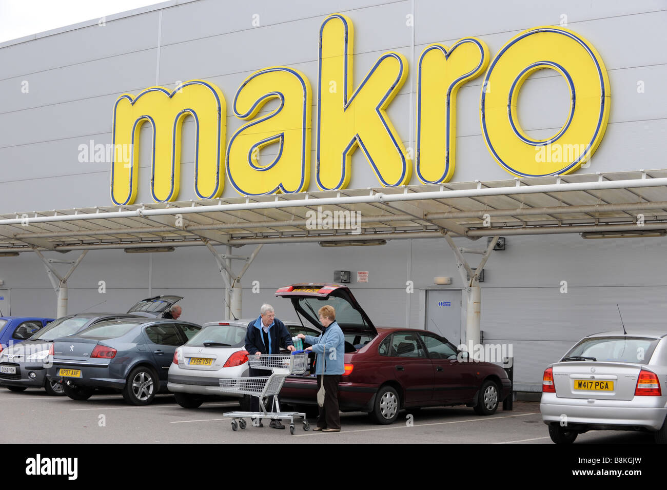 Shoppers outside Makro cash and carry supermarket Wednesfield Wolverhampton West Midlands England Uk - Stock Image