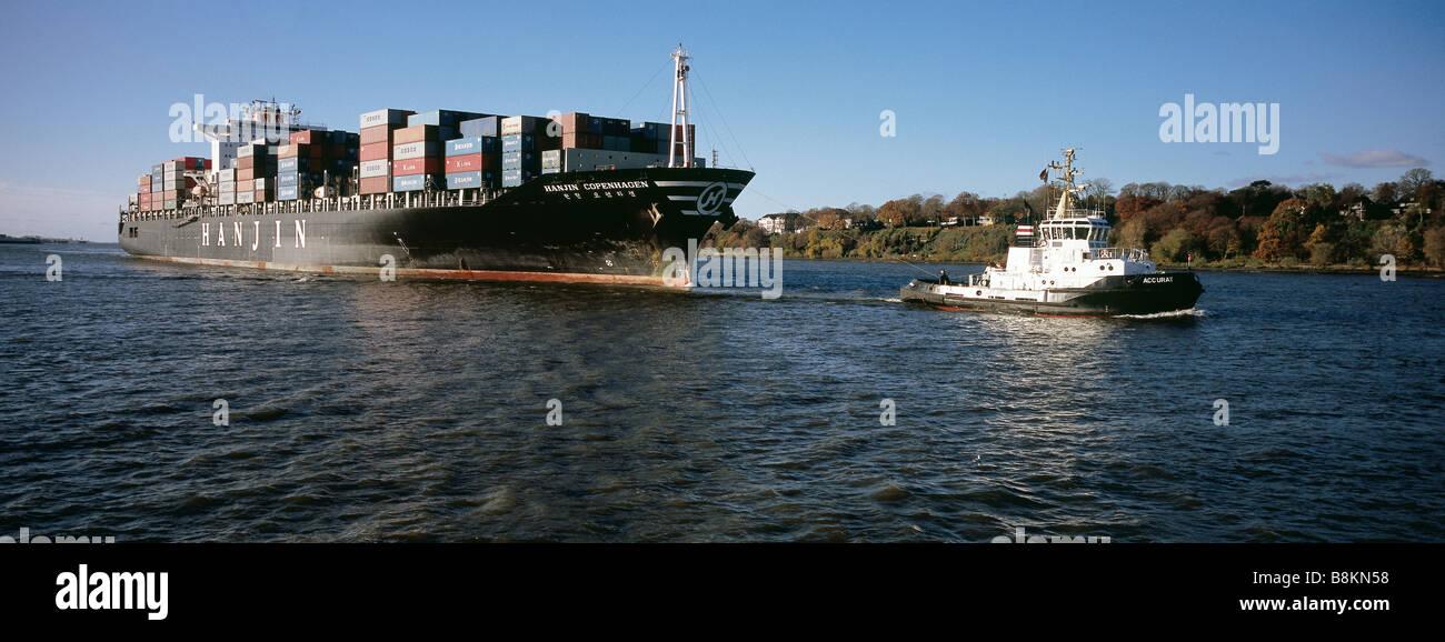 Towboat Accurat pulls the container vessel Hanjin Copenhagen into Hamburg harbour. - Stock Image