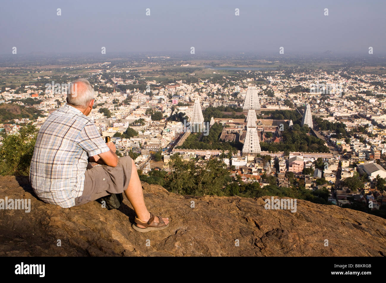 India Tamil Nadu Tiruvannamalai western visitor admiring hillside view above Arunachaleswar temple - Stock Image