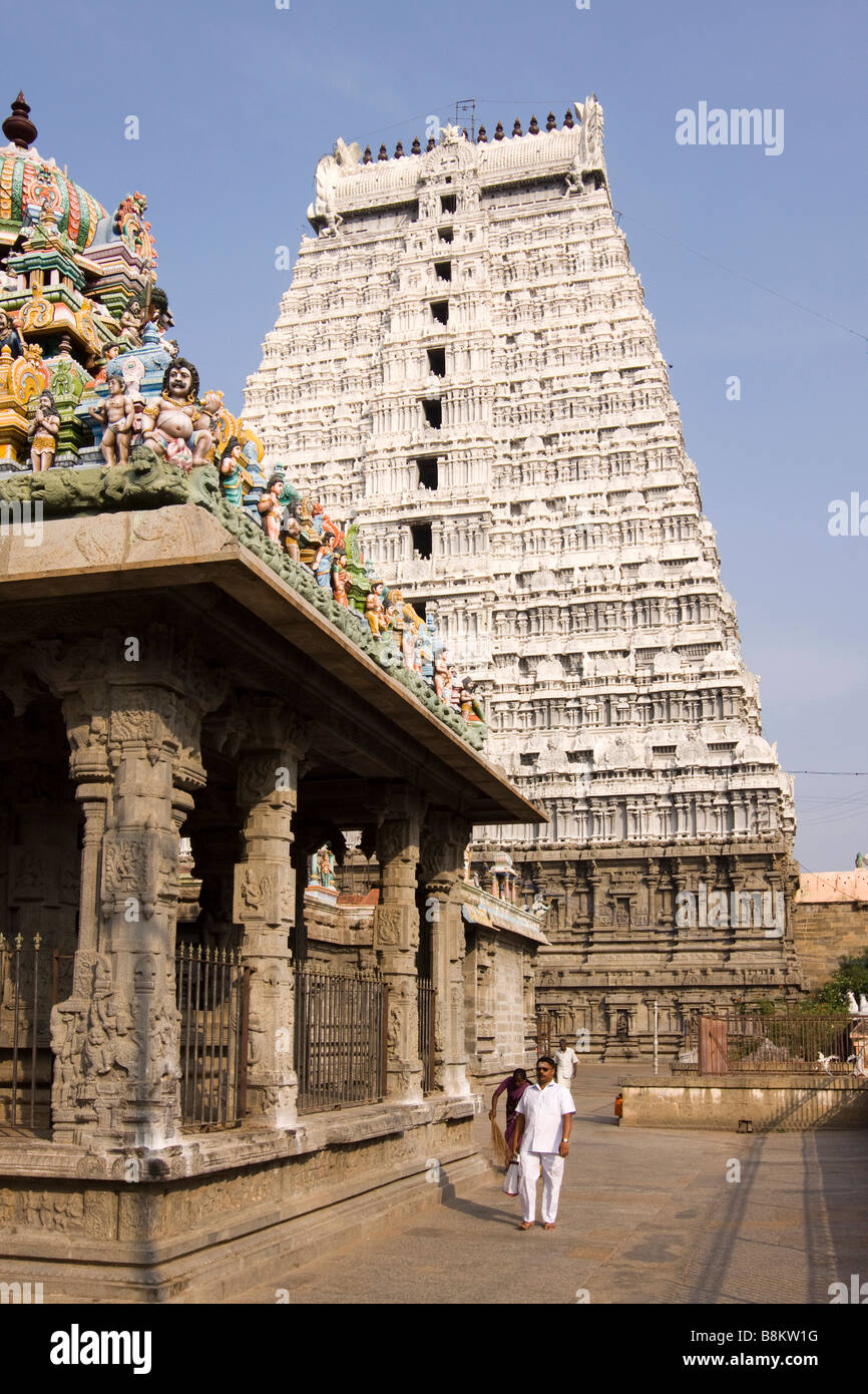 India Tamil Nadu Tiruvannamalai Arunachaleswar temple courtyard below white gopuram - Stock Image