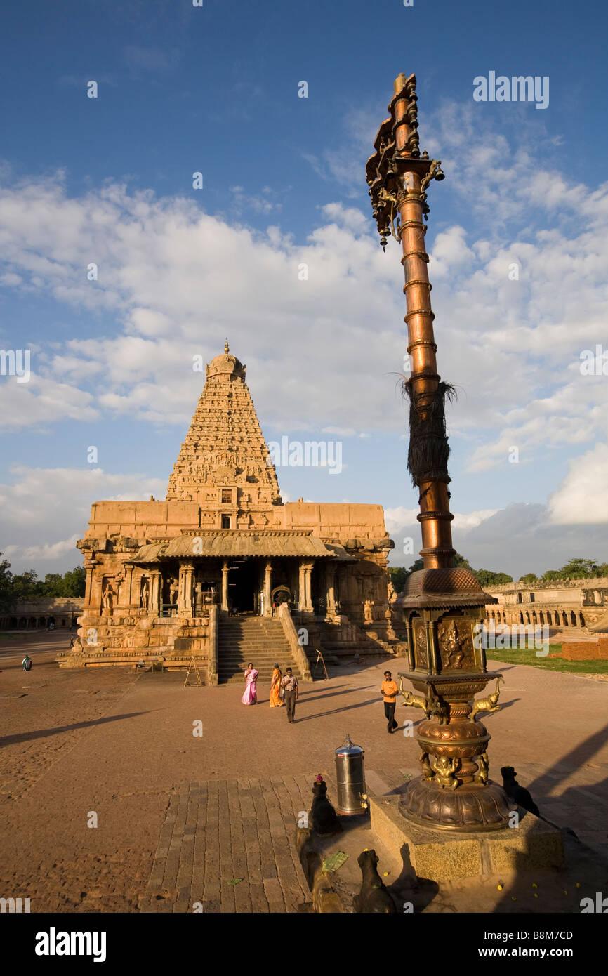 India Tamil Nadu Thanjavur Brihasdishwara temple dwjastampa symbolic metal pillar flagpole - Stock Image