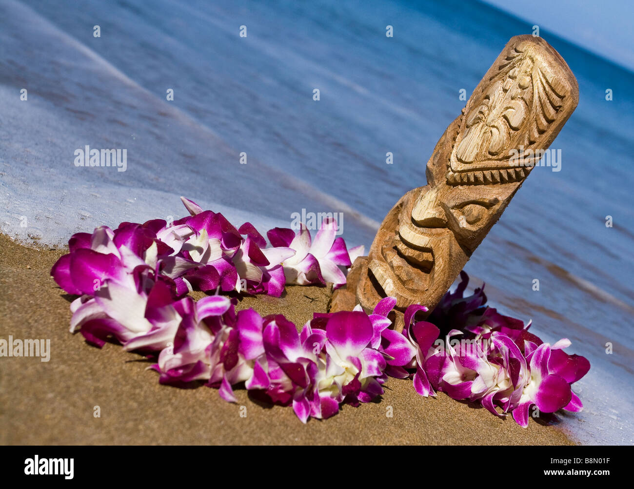 hand-carved tiki with a lei on Sugar Beach on the island of Maui Hawaii - Stock Image