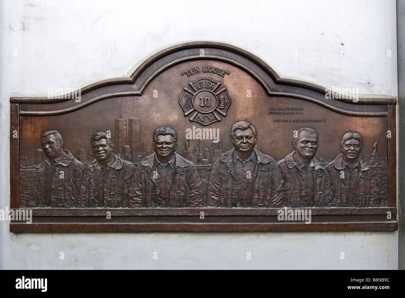 Brass plaque commemorating the fire fighters who lost their lives during the 9/11 disaster - Stock Image