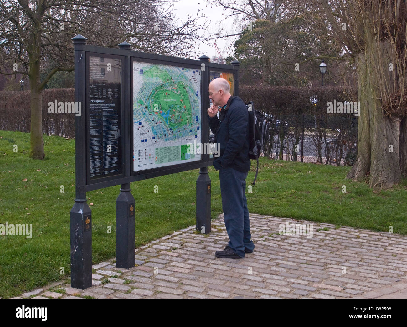 Map Of Regent\\\\\\\'s Park Tourist reading map at entrance to Regent s Park London UK Stock