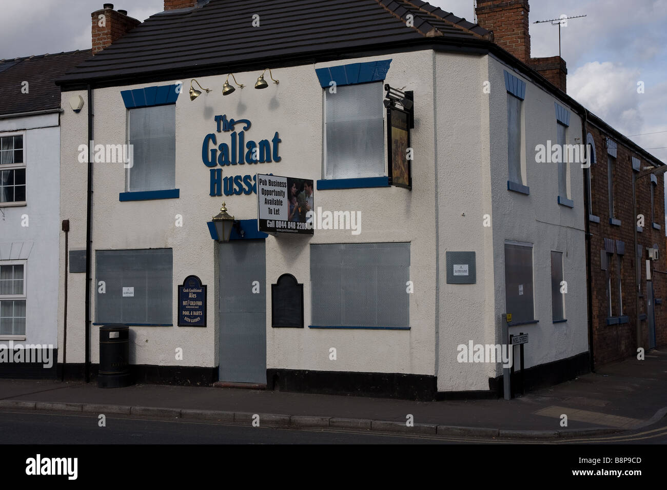 The gallant hussar closed down and boarded up - Stock Image