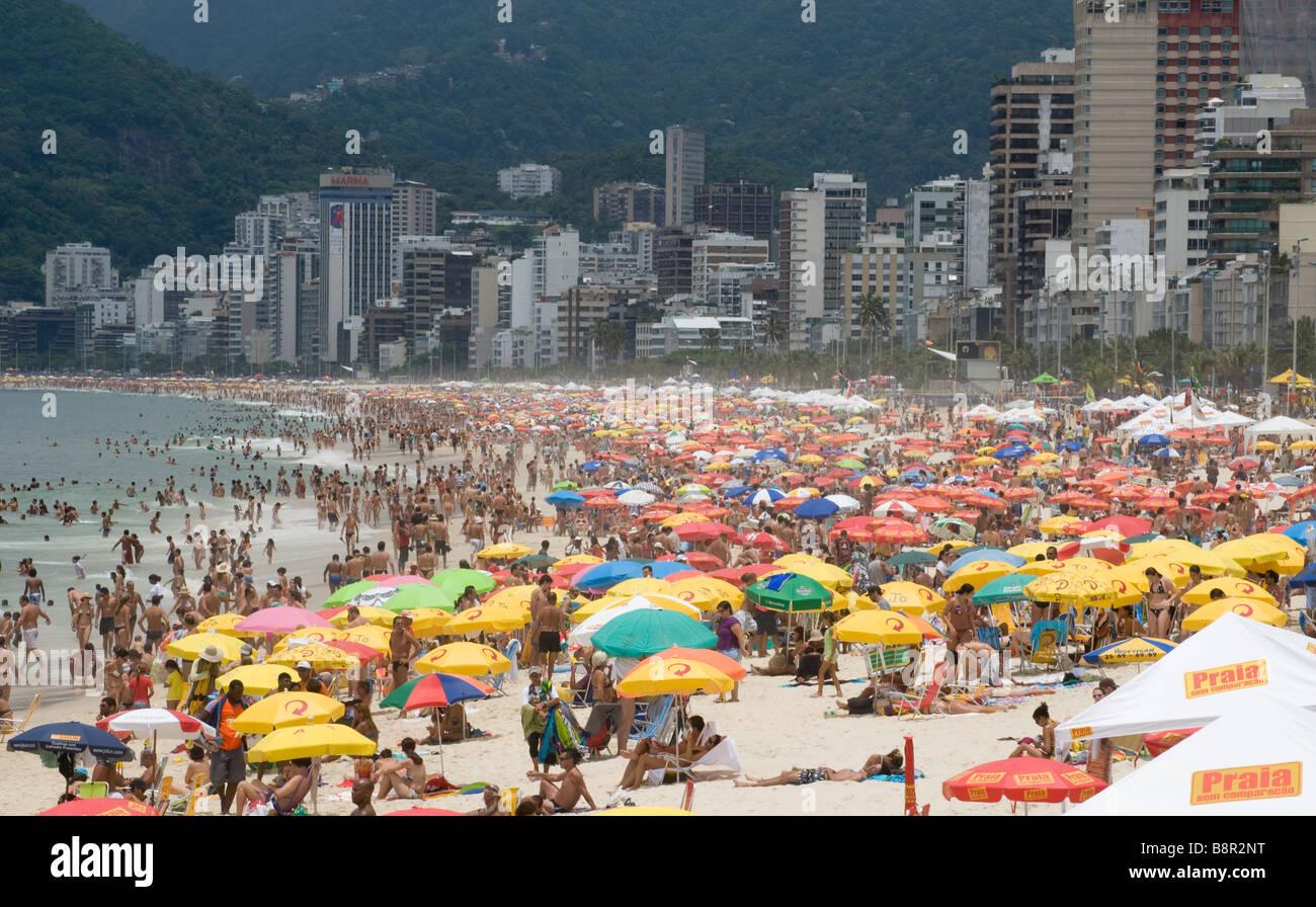 CROWDS ON IPANEMA BEACH RIO DE JANEIRO BRAZIL WEEKEND - Stock Image
