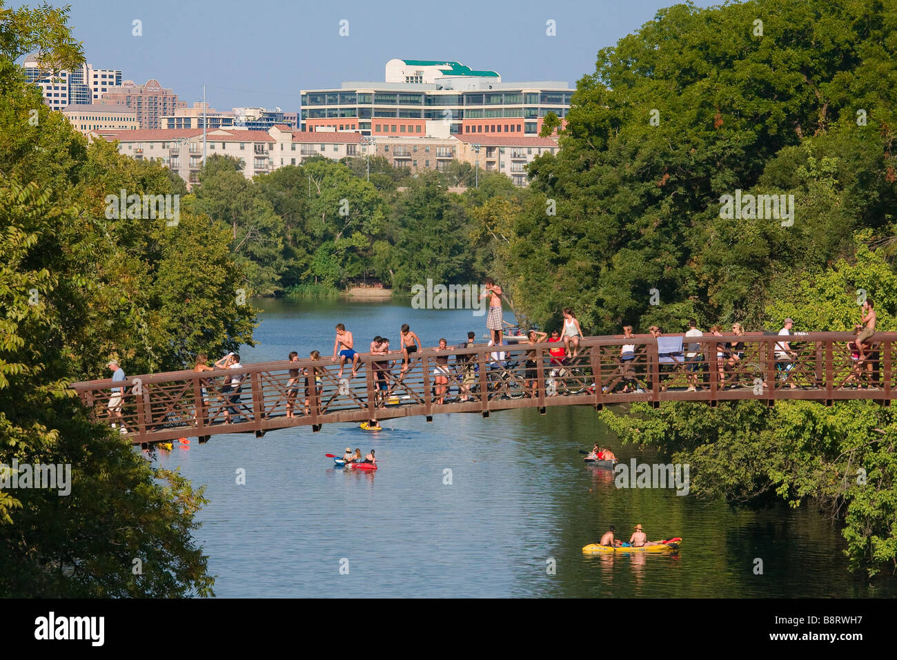 austin-texas-young-people-congregate-on-a-bridge-in-zilker-park-during-B8RWH7.jpg