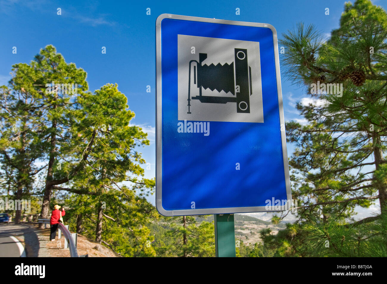 Photo Viewpoint sign and tourist photographer. Camera icon denoting elevated viewpoint for taking a good scenic - Stock Image