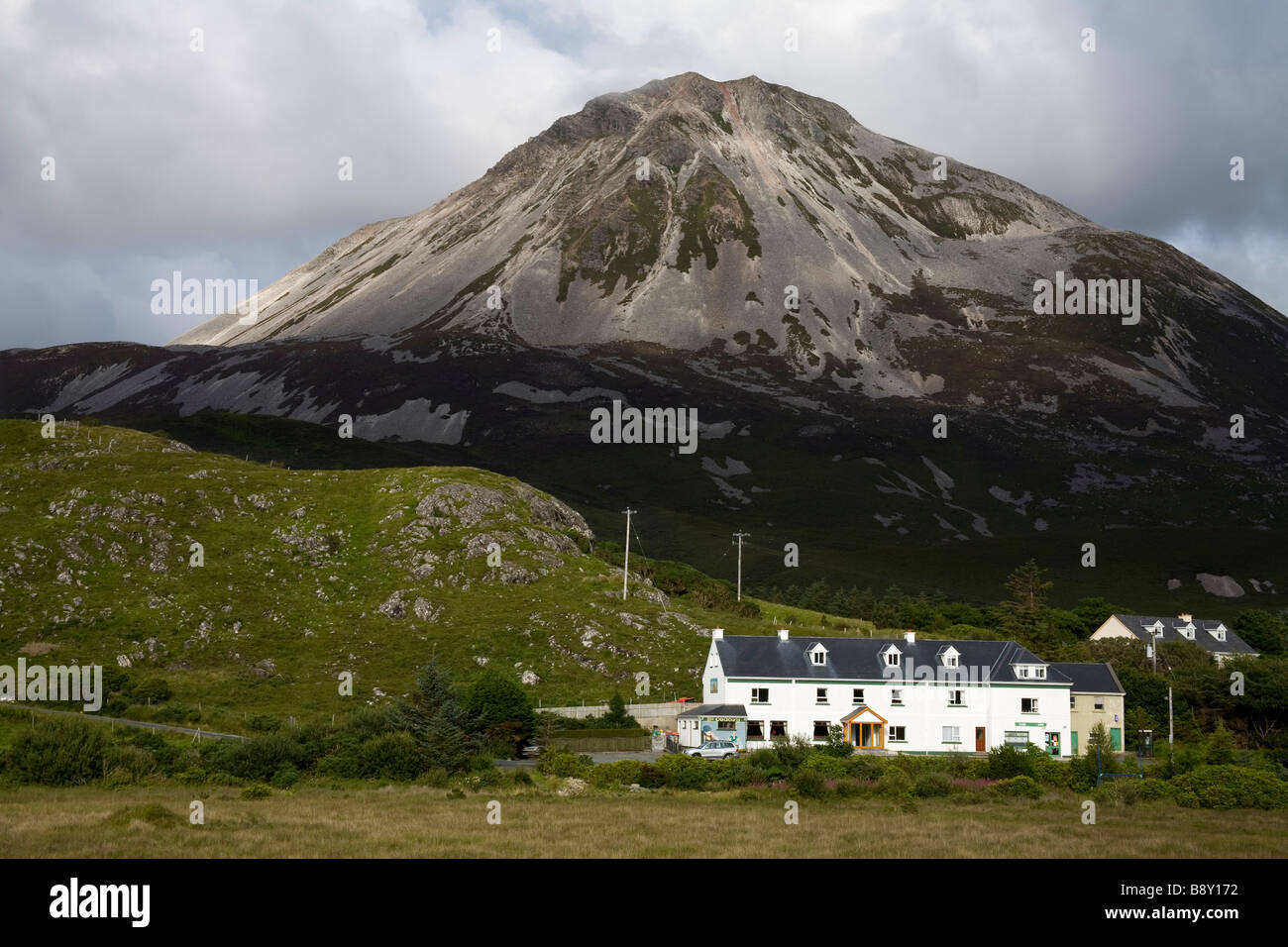 Houses beneath a mountain, Mount Errigal, Dunlewy, County Donegal, Ulster Province, Ireland - Stock Image