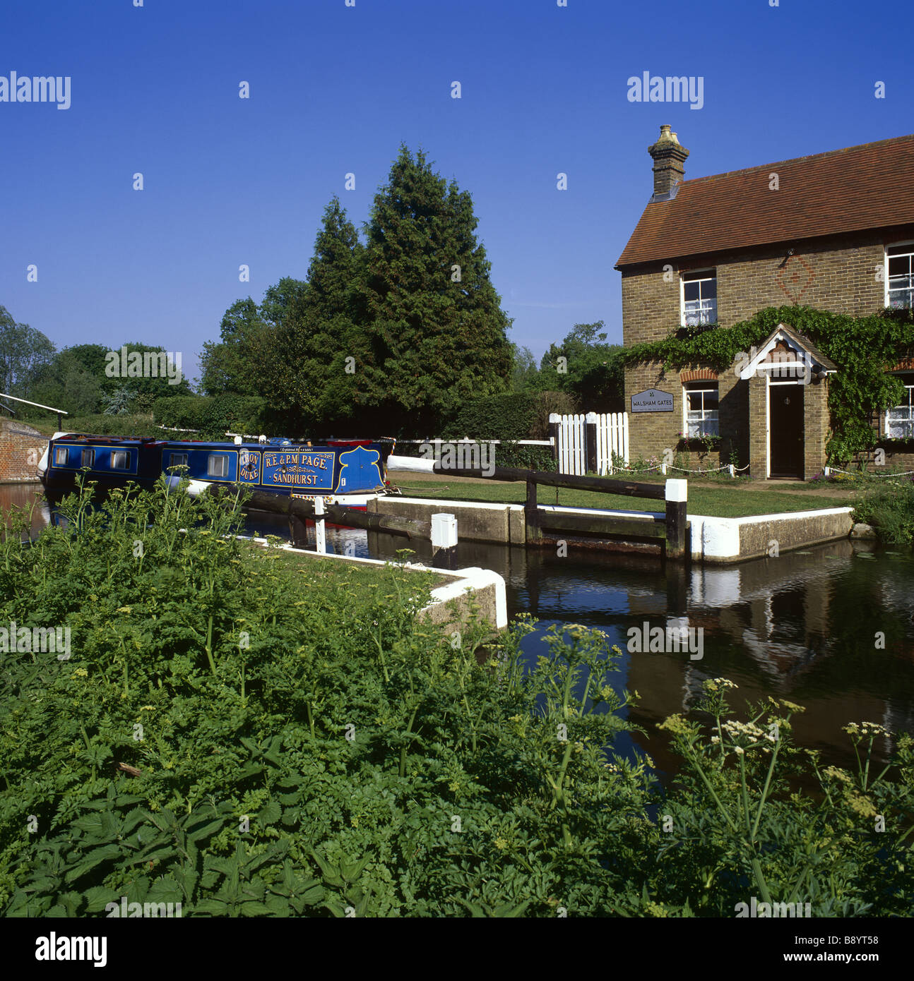 Lock keeper s cottage and the earth lock at Walsham on the River Wey Navigations Surrey - Stock Image