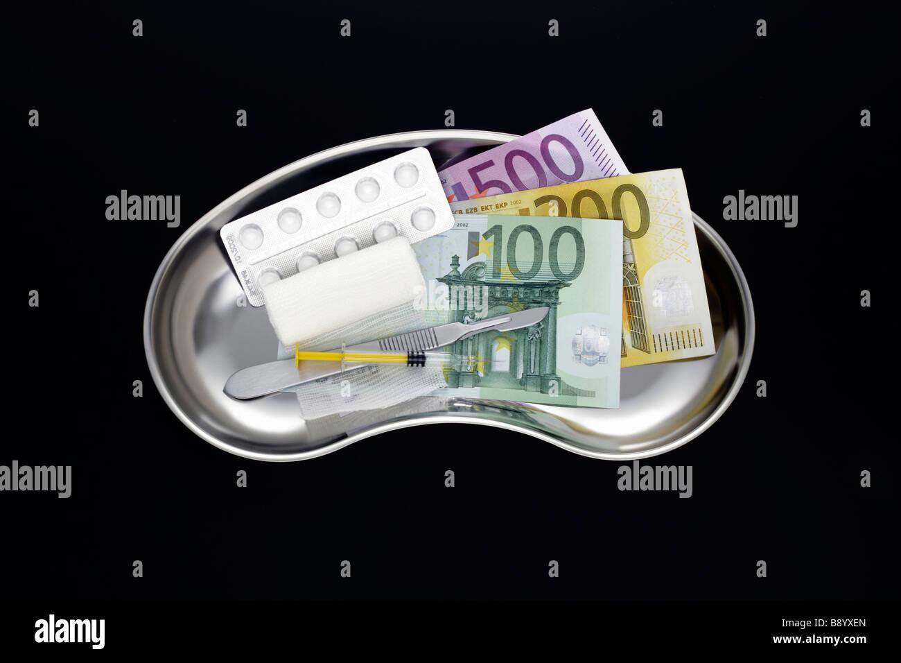 Edelstahl Nierenschale mit Euroscheinen Stock Photo