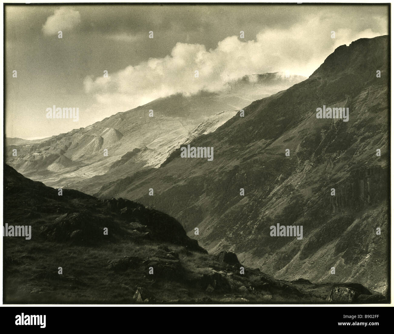 Edward Chambré Hardman archive photograph of the view from Bwlch Coch of Llanberiss Pass through Snowdonia - Stock Image