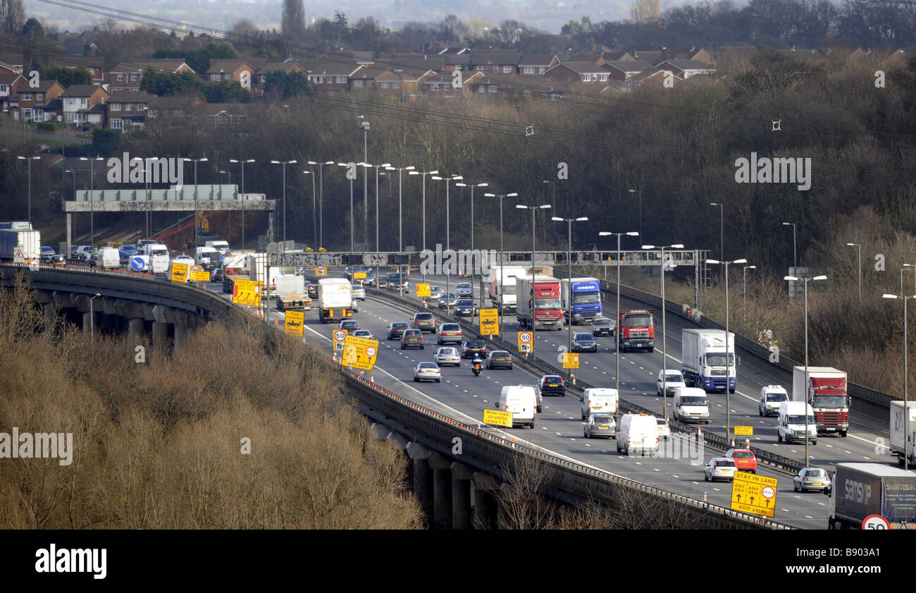 A ELEVATED SECTION OF THE M6 MOTORWAY NEAR BIRMINGHAM UK WITH RESIDENTIAL HOMES CLOSE BY. - Stock Image