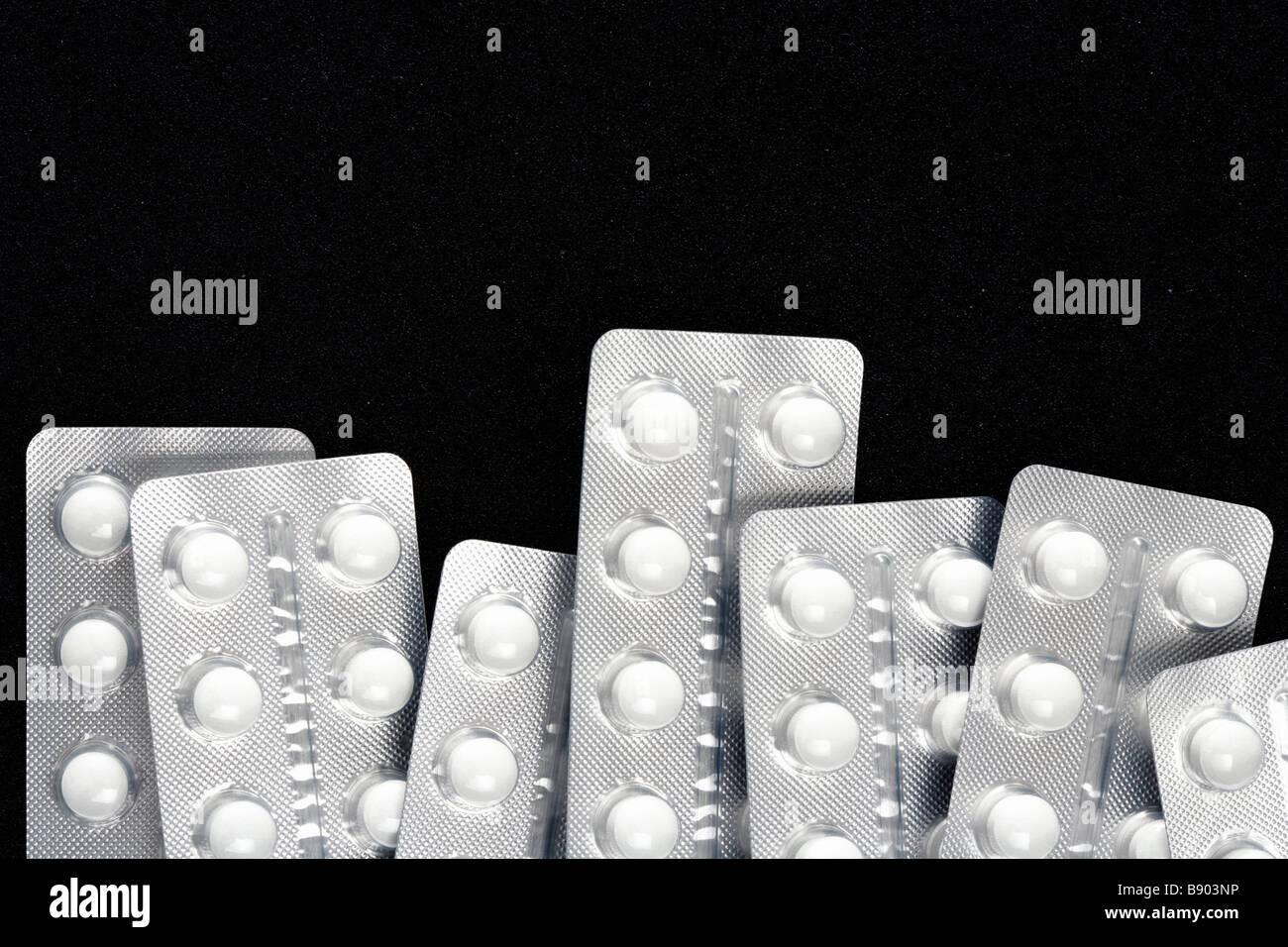 Tabletten auf schwarzen Untergrund Stock Photo