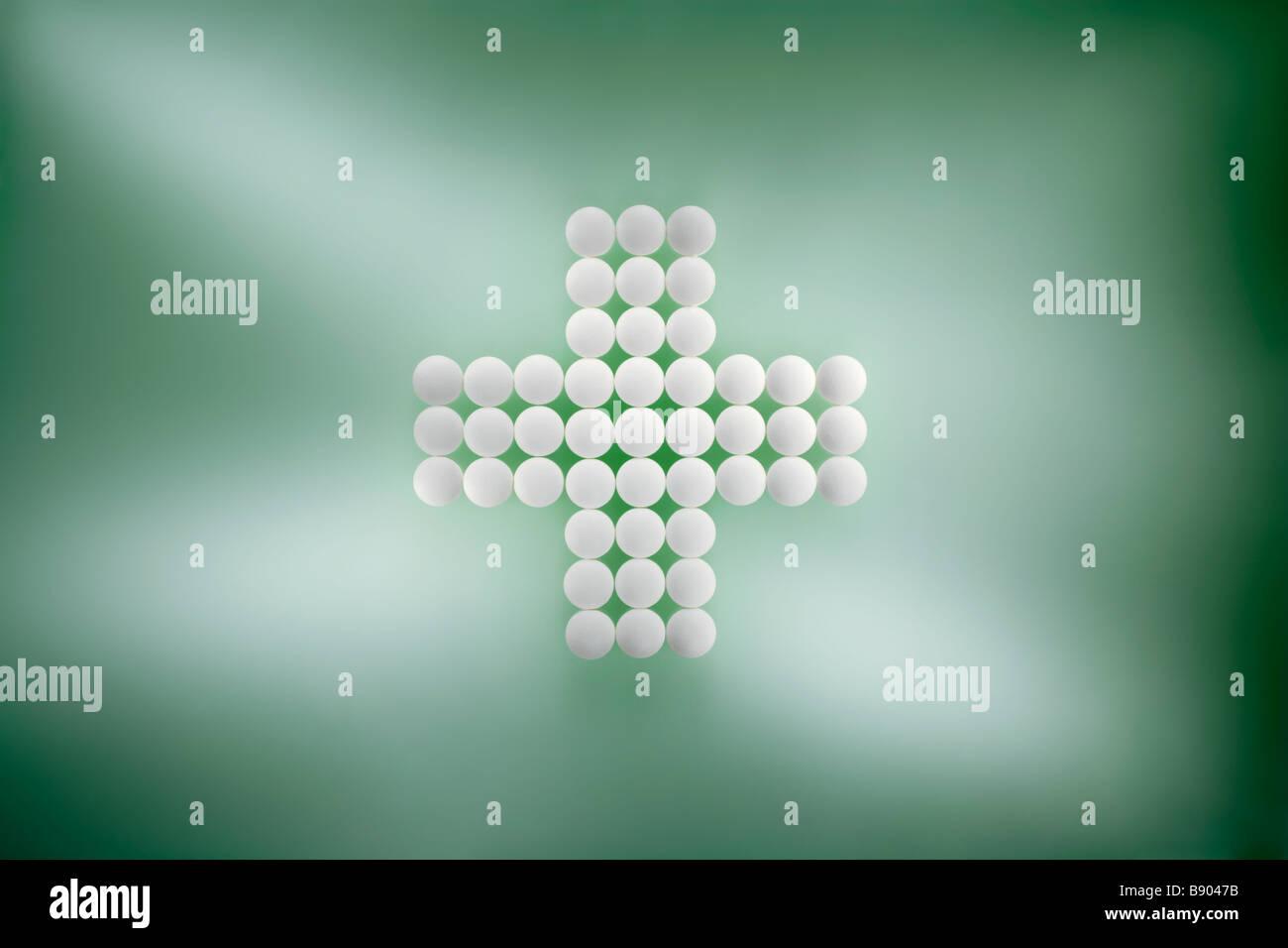 Zum Kreuz gelegte Tabletten auf einfarbigen Untergrund Stock Photo