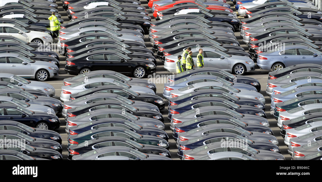 A WORKER WALKS AMONGST BRAND NEW JAGUAR CARS AT THE CAR COMPANYS FACTORY AT CASTLE BROMWICH,BIRMINGHAM ,UK. - Stock Image