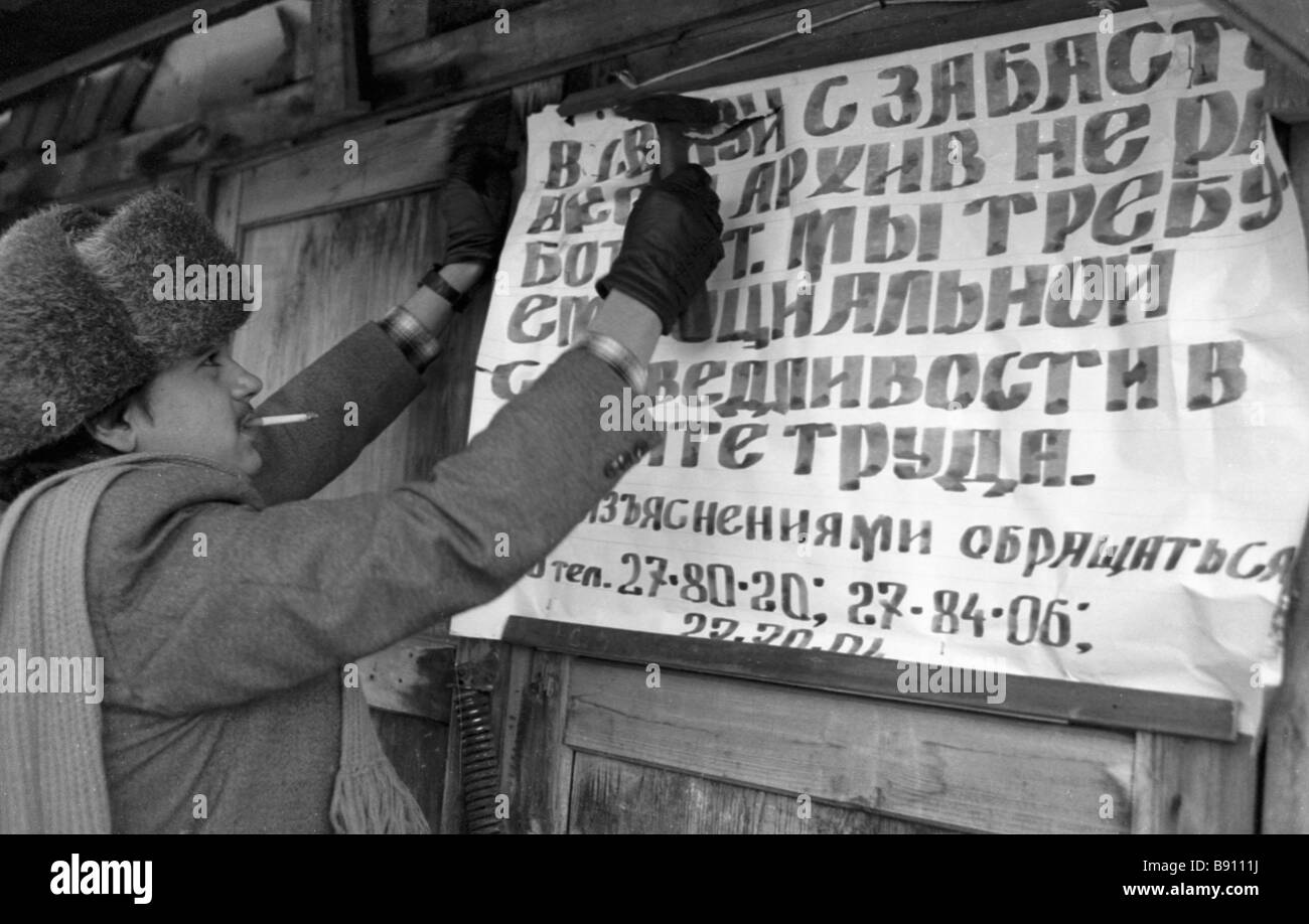 A staff of the Tula archive fixes a strike notice at the entrance - Stock Image