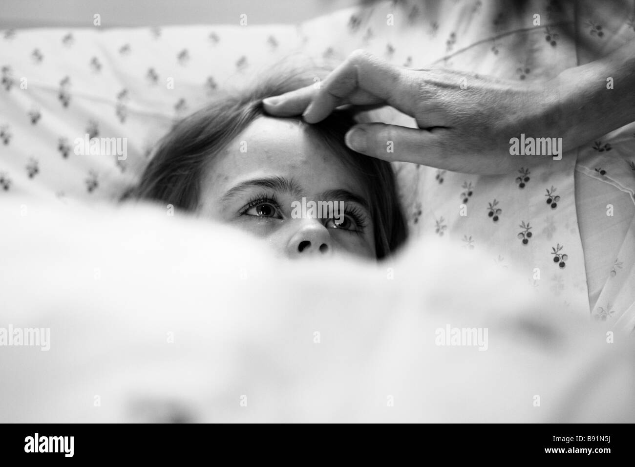 5 year old girl in bed with chickenpox - Stock Image