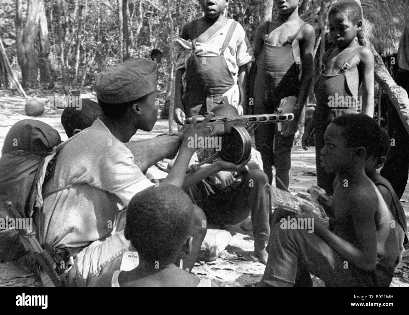 Young Angolans observing guerrilla weapons - Stock Image