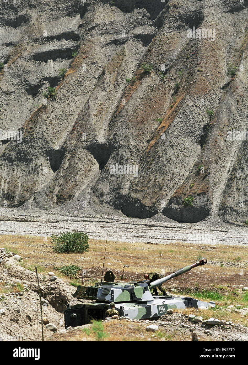 A self propelled gun of the 201st motorized rifle division covering No 10 frontier station on the border with Afghanistan - Stock Image