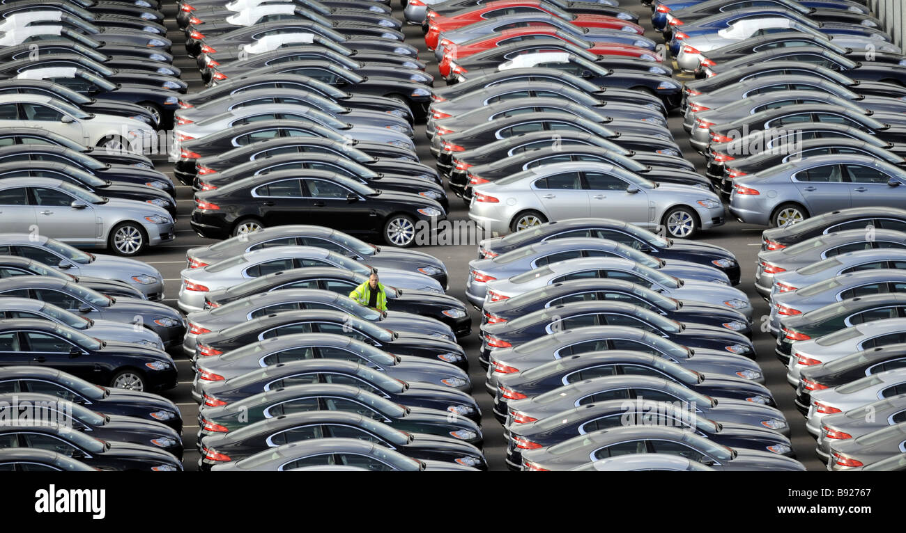 A WORKER WALKS AMONGST BRAND NEW JAGUAR CARS AT THE CAR COMPANYS FACTORY AT CASTLE BROMWICH,BIRMINGHAM ,UK. - Stock Image