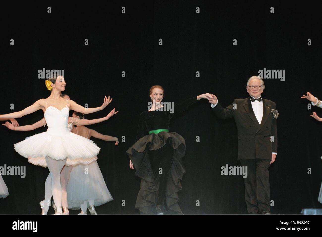 Icon ballet dancer Maya Plisetskaya center with Pierre Cardin and Russian Imperial Ballet dancers during a Cardin - Stock Image