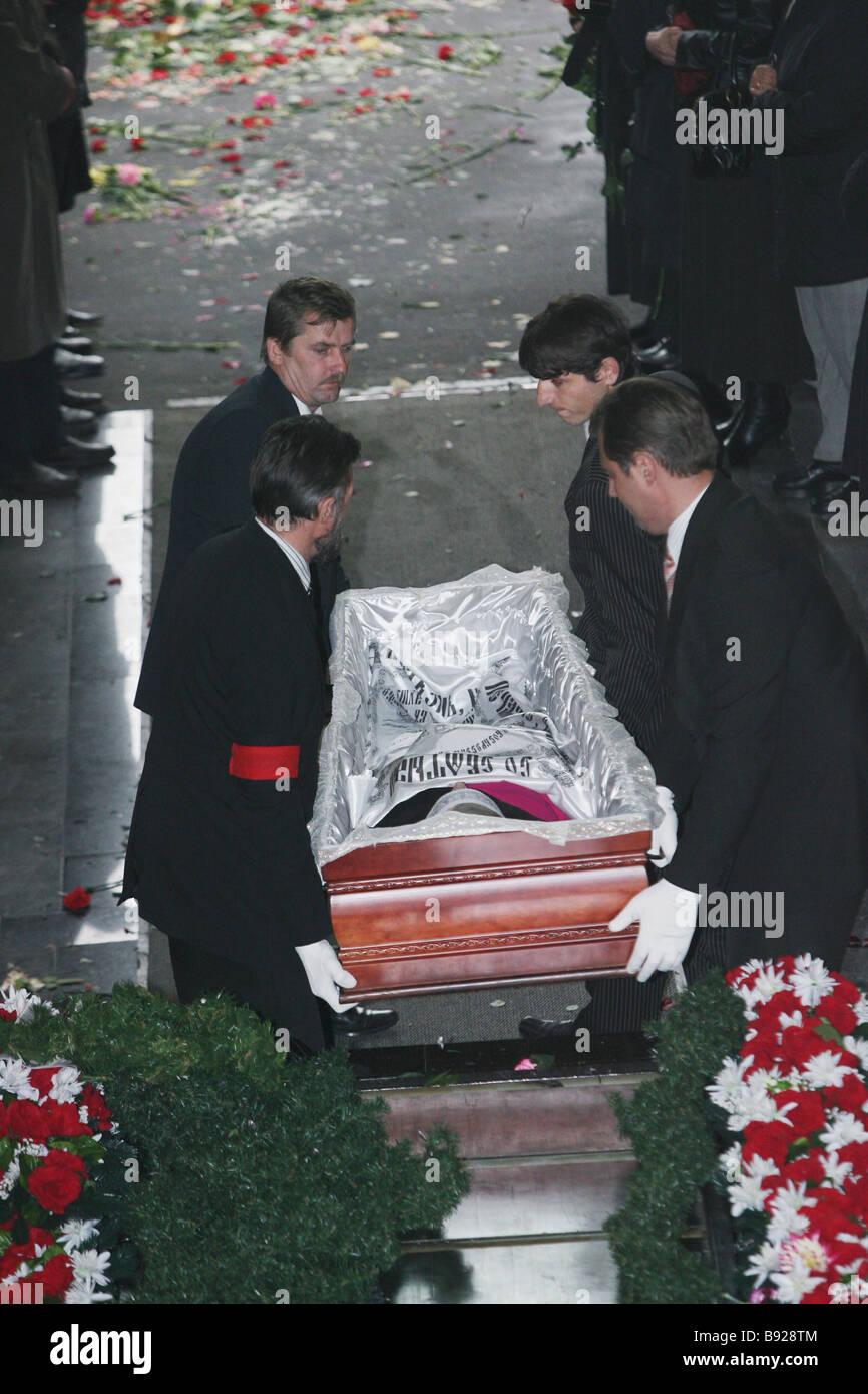 Bereaved Muscovites gathered at the Troyekurovskoye Cemetery Moscow for the funeral of Anna Politkovskaya Novaya - Stock Image