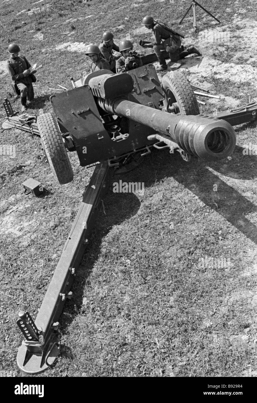 Soldiers preparing a D 30 howitzer for battle during tactical exercises - Stock Image