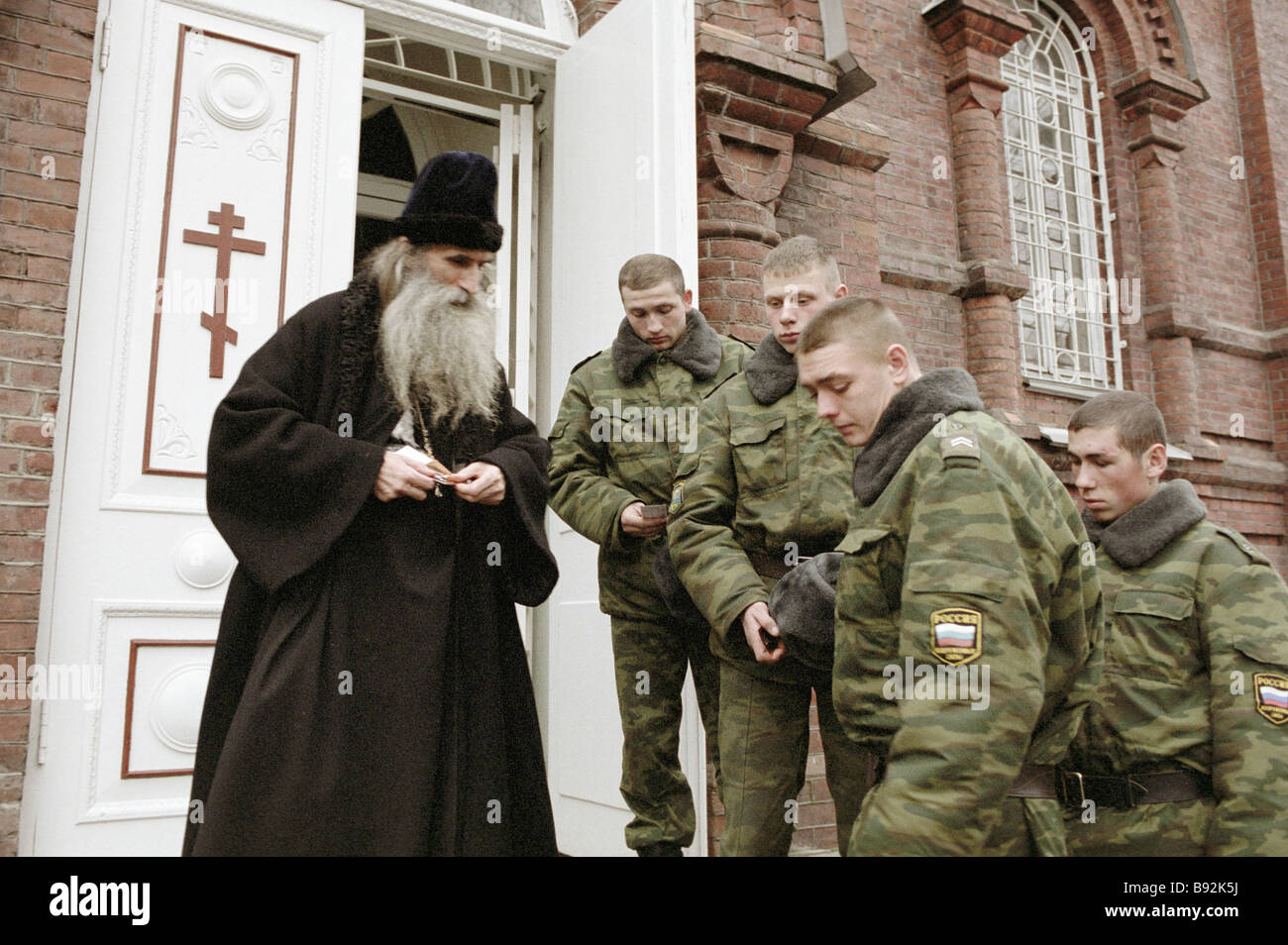 Oleg Teor dean of Alexander Nevsky Cathedral talking to paratroopers - Stock Image