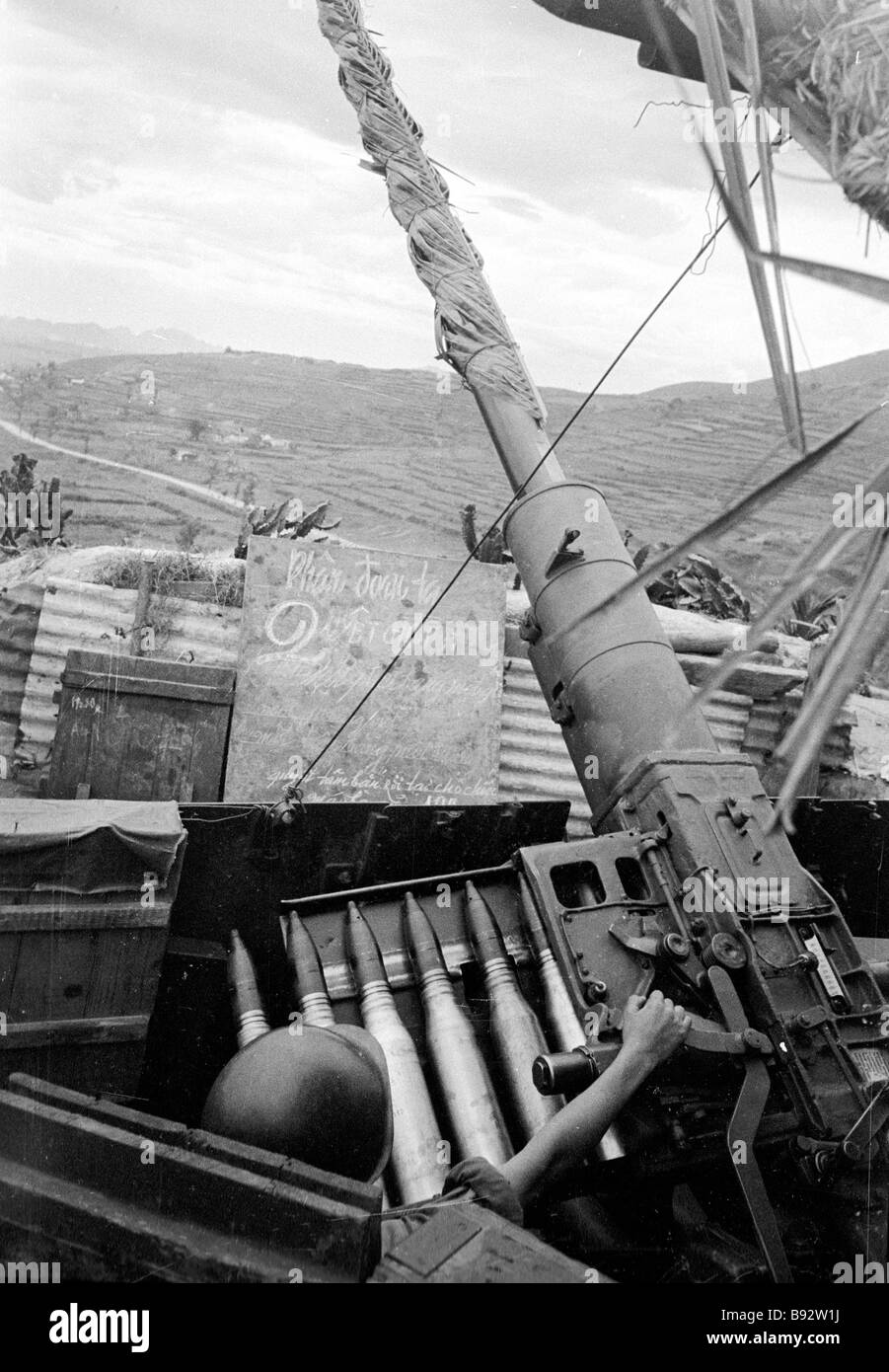 Anti aircraft battery guards Ham Rong Dragon s Jaw Bridge spanning the Song Ma River - Stock Image