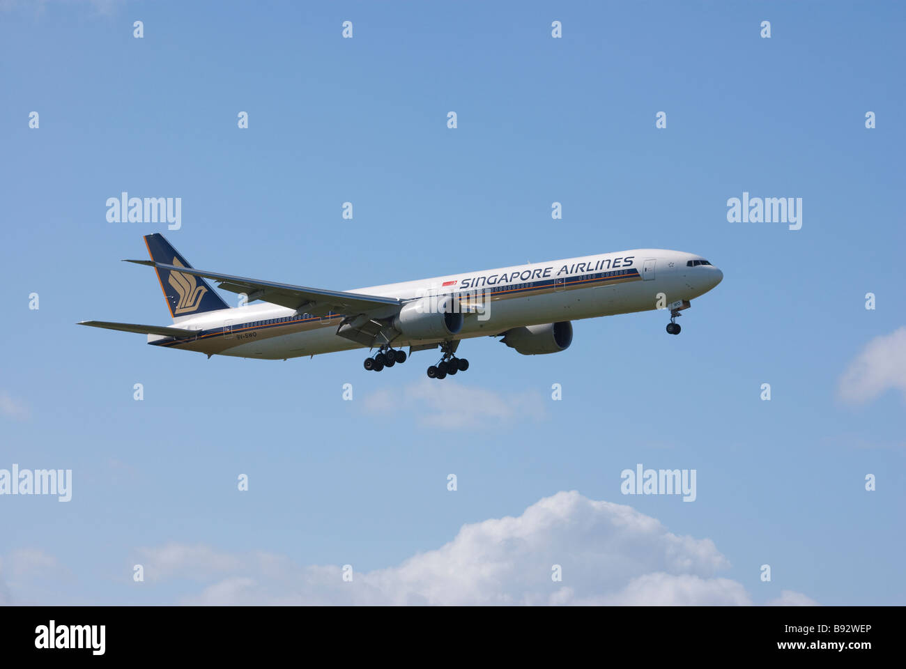 Boeing 777-312ER of Singapore Airlines on final approach for landing at Auckland International Airport, New Zealand. - Stock Image