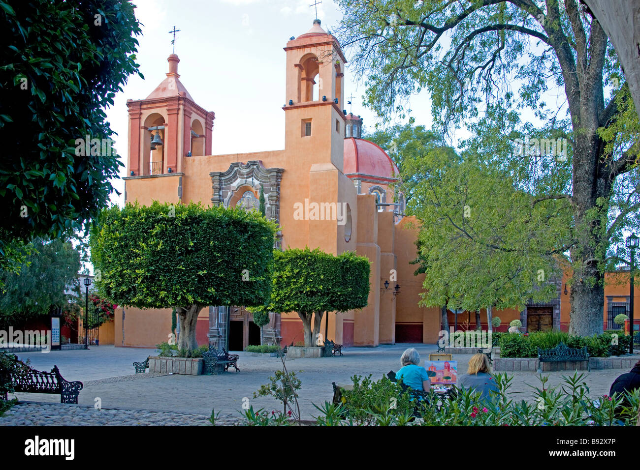 Painting the Church of the Holy Spirit, San Miguel de Allende, Mexico - Stock Image