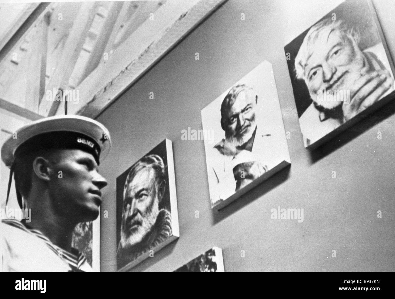 A Soviet sailor viewing photos at Ernest Hemingway s house during Soviet warships visit to Cuba - Stock Image