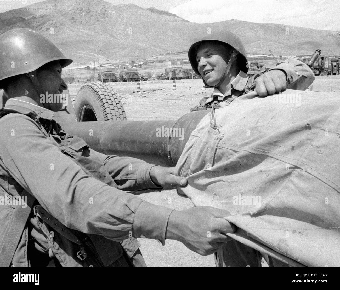 Soldiers put the sleeve onto the gun tune Withdrawal of limited contingent of Soviet troops from Afghanistan - Stock Image