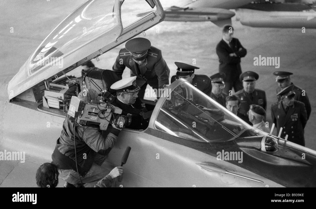 Dieter Wellershof Chief of the Staff of the Federal German Armed Forces inspecting a Soviet fighter - Stock Image