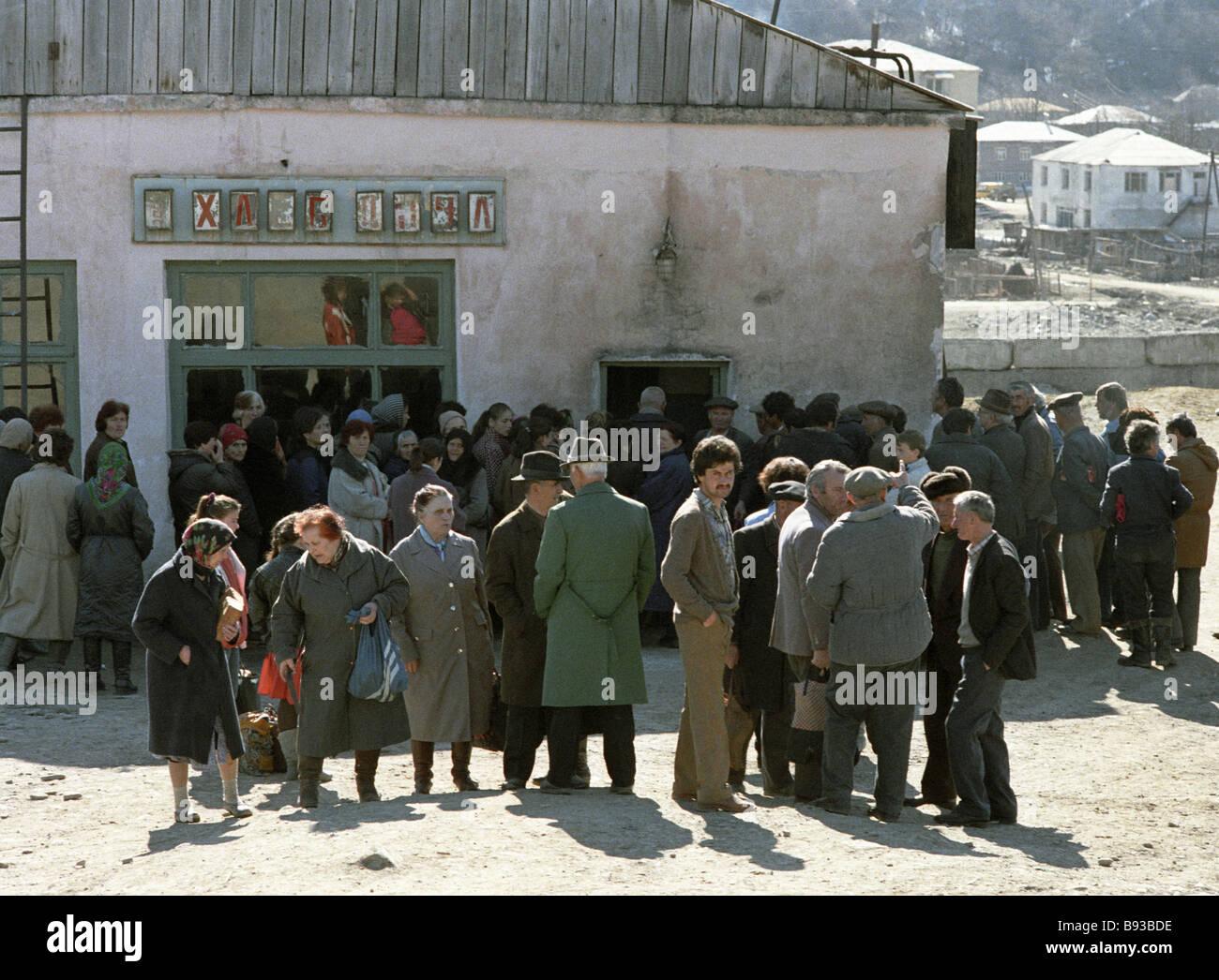 Tskhinvali residents waiting for food near shop - Stock Image